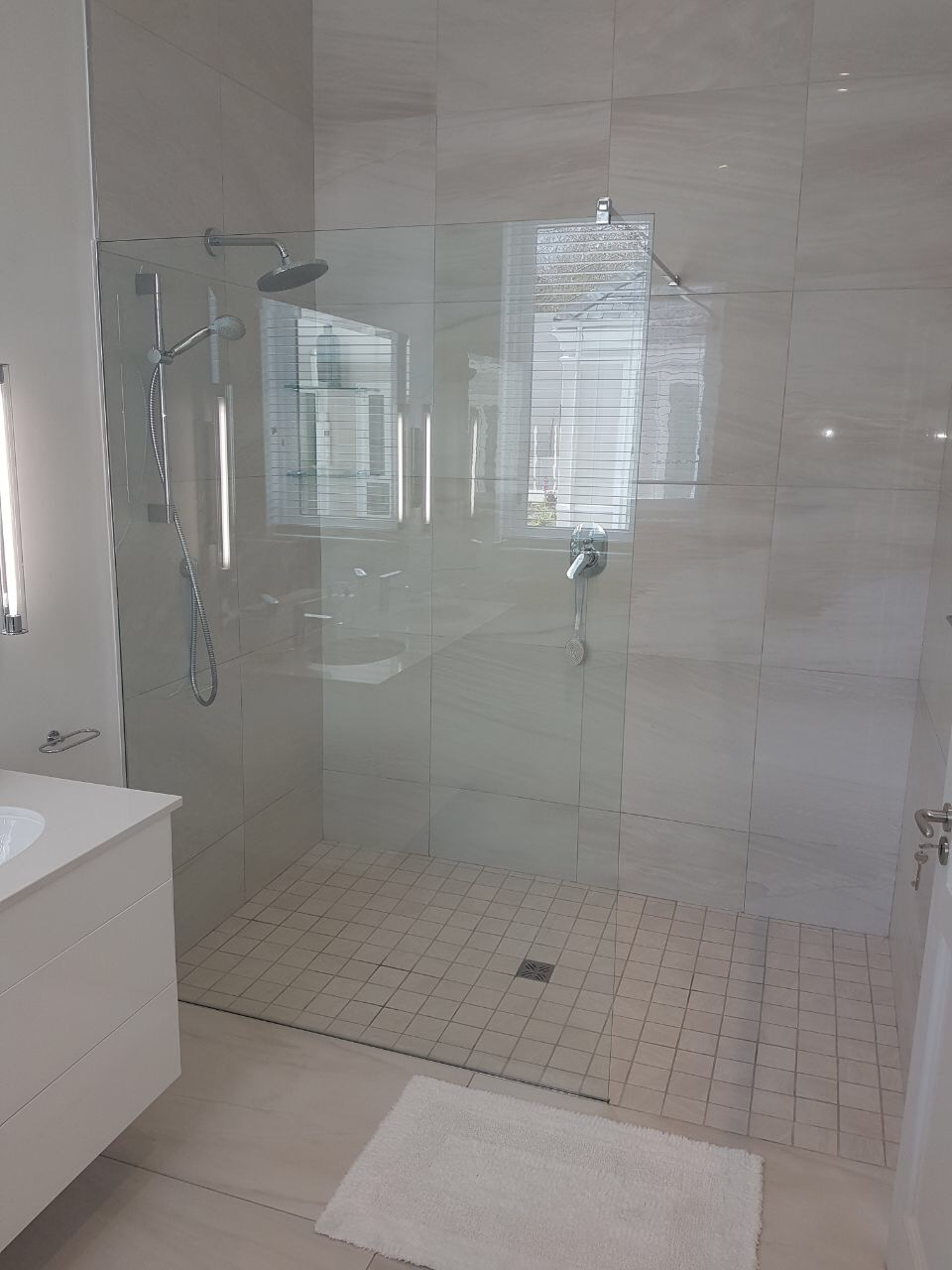 Pics Of Bathroom With Sliding Shower Doors With Black Trim