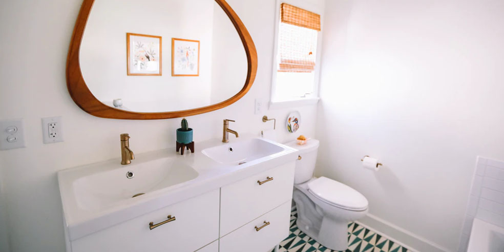 How to effectively use the space in your small bathroom